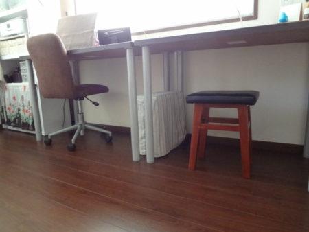 スタディコーナーの机と椅子