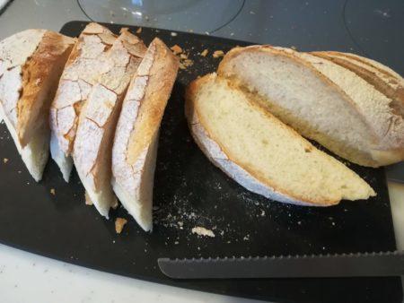フランスパンを切る