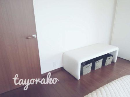 寝室の白いソファー