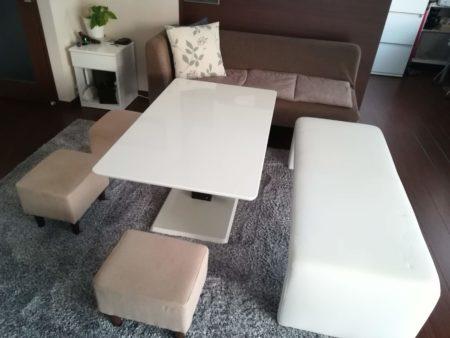 リビングのテーブルとソファ