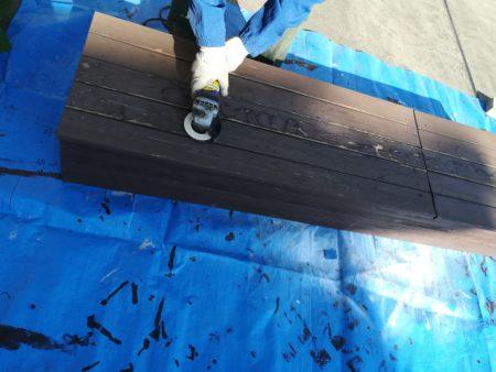 サンダーで表面を削る