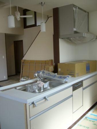 設置途中のキッチン