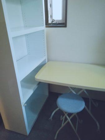 棚と昇降式テーブル