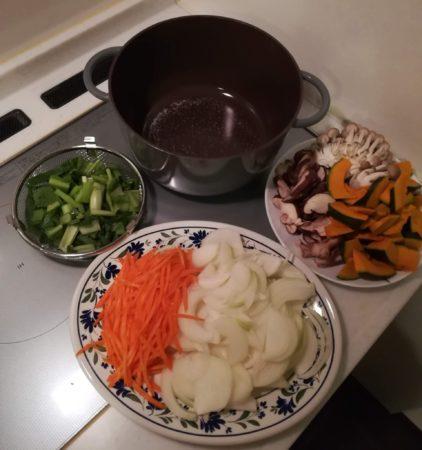 鍋に野菜を入れる