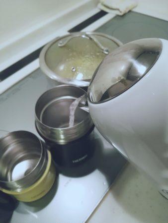 スープジャーに湯を注ぐ